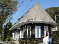 三角屋根の建物は美容室のようでした